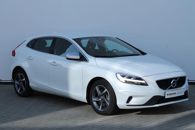 Volvo V40 D3 Business Sport R-Design - Standkachel - LED - Verw. Voorstoelen - Volvo On Call - Navigatie - Parkeersensoren achter - Climate Control - High Performance Audio - 16'' LMV