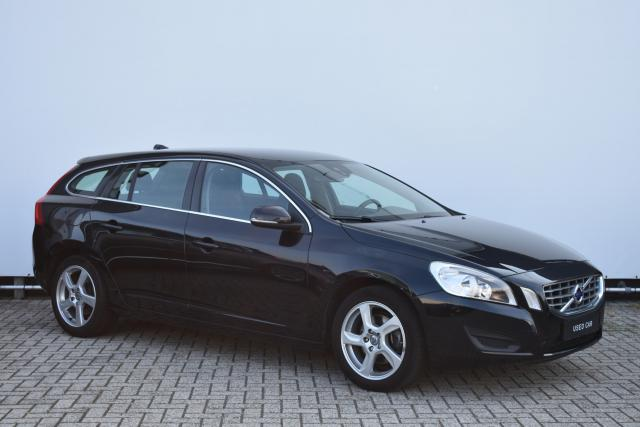 Volvo V60 T3 (150 pk) Momentum - Navigatie - Bluetooth - 17'' LMV - Trekhaak - High Performance Audio - Dealer onderhouden - City Safety - Electronic Climate Control - Parkeersensoren Achter
