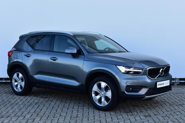 Volvo XC40 T3 (156pk) Momentum - Harman Kardon Audio - Verw. stoelen V/A & Stuurwiel - Leder - Getint Glas - Parkeercamera - Pakeersensoren V/A - Apple Carplay - Navigatie - Volvo On Call - El. Verst. Bestuurdersstoel - 18'' LMV