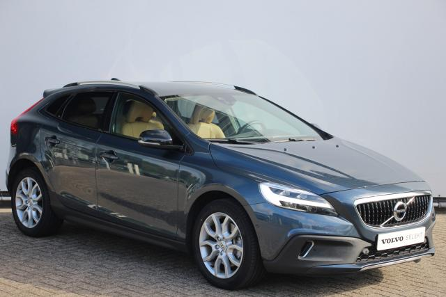 Volvo V40 Cross Country T3 150pk POLAR+ LUXURY - AUTOMAAT - Volvo On Call - Lederen bekleding - Voorstoelen verwarmbaar - Harman Kardon - Park Assist voor & achter - Parkeercamera achter - LED koplampen - DAB - Panoramisch dak - Keyless - Getint glas - Navigatie - City Safety