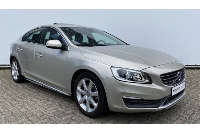 Volvo S60 T3 150pk Polar+ Luxury - SUMMUM - Automaat - Schuif-/kanteldak - Volvo On Call - Bi-Xenon - Verwarmbare voorruit - Park.sens. voor & achter - Camera achter - Leder - Stoelverwarming - Schakelpaddles op stuur - 17